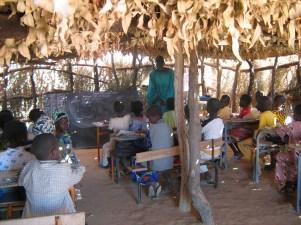 Unterricht im provisorischen Klassenzimmer